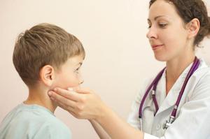 Причины болей в ушах у детей и особенности воспаления лимфоузлов за ушами