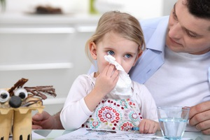 При лечении соплей у детей необходимо выявить причину их появления