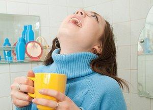 При лечении паратонзиллярного абсцесса необходимо полоскать горло