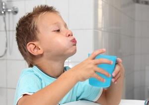 Полоскание горла при лечении назофарингита у ребенка