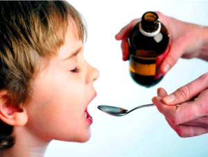 Дети пьют сироп с удовольствием