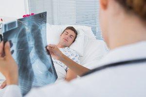 Левостороняя нижнедолевая пневмония лечится под контролем врачей