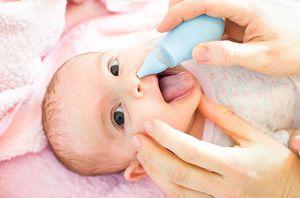 Как правильно чистить нос малышу