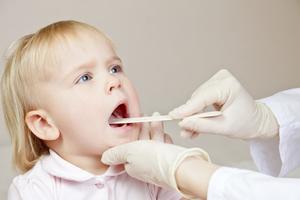 Чем лечить горло маленького ребенка